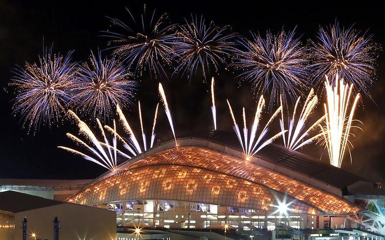 Vuurwerk boven het Fisht Olympic Stadium in Sotsji tijdens de repetitie van de openingsceremonie op 4 februari 2014 Beeld reuters