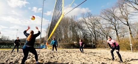 Eindelijk! De grootste beachvolleyclub uit de Rijnmond kan weer sporten dankzij zand van Rijkswaterstaat