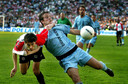 Van der Vaart in duel met Feyenoorder Kees van Wonderen.