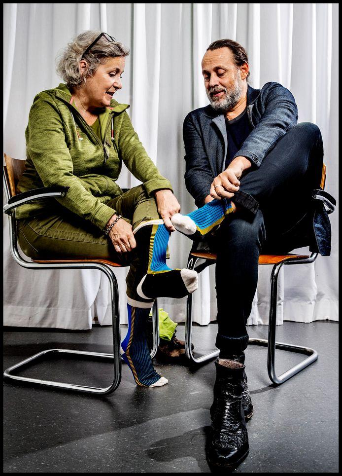 Hugo Borst en Carin Gaemers trekken zogeheten Alzheimer Socks aan. De winst van dit sokkenproject is bestemd voor onderzoek.