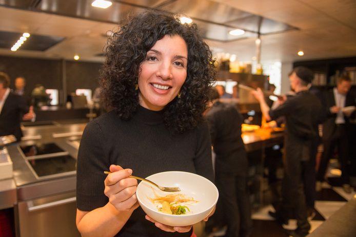 De start van het aspergeseizoen bij De Librije in Zwolle. Kookboekenschrijfster en tv-presentatrice Nadia Zerouali is nieuwbakken asperge-ambassadeur voor 'Het witte goud uit het Oosten'.