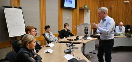 Politieke les voor Oldenzaalse leerlingen: wat doet de burgemeester precies?