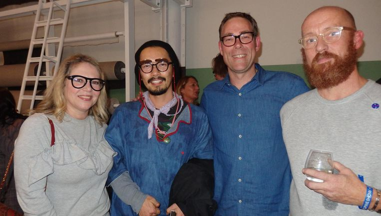 Modegoeroe Fiona Hering, ontwerper Shunji (ofwel Denim Ninja, het staat ook op zijn schoenen), en Harm Magis en Jos van den Hoogen (vlnr), beiden van Denim City Beeld Schuim