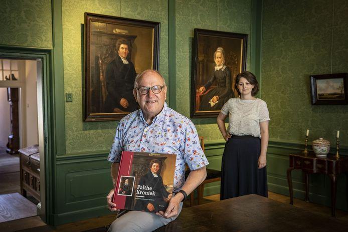 Onder het toeziend oog van dominee Johannes Palthe en zijn vrouw presenteren auteur Rijn van Welij en Sandra Schipper (directeur van het Palthe Huis) de kroniek over dit oeroude Twentse patriciërsgeslacht.