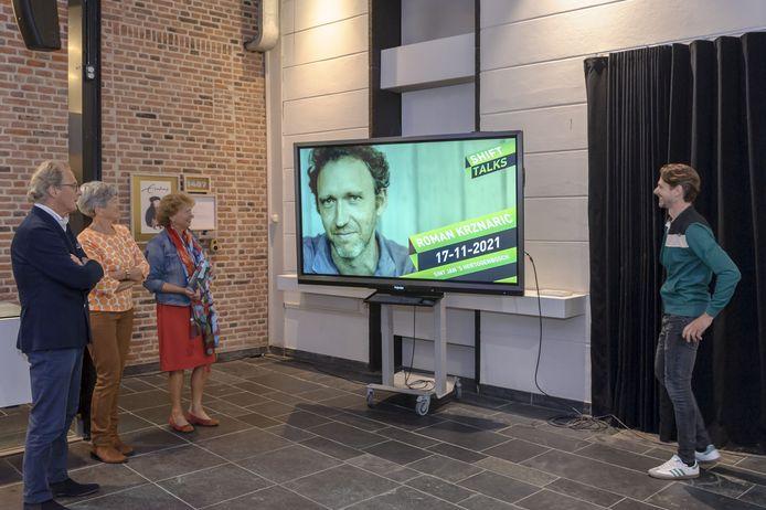 Ton Rombouts en Ans Buys namens de Stichting Erasmusfestival Brabant (links) met naast zich Nan van Schendel (Huis73) bij de bekendmaking van Shift Talks. Rechts projectleider Ruud Geven.