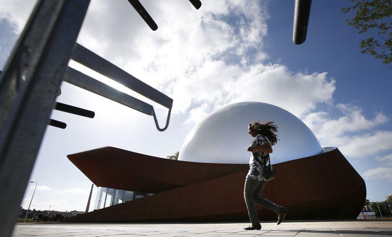 Groningen is een futuristisch bouwwerk rijker. Het Infoversum heeft de eerste digitale 3D-filmzaal van Nederland. In de koepel, met een doorsnede van 24 meter, worden films geprojecteerd. Beeld anp