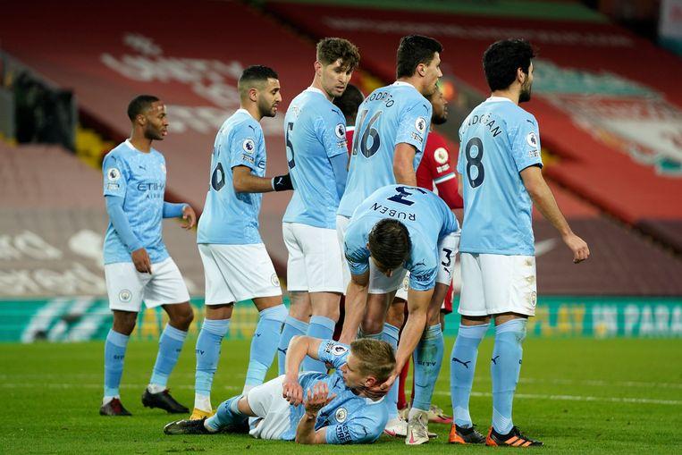 Dias legt Zinchenko (Manchester City) uit hoe hij moet liggen. Beeld AP