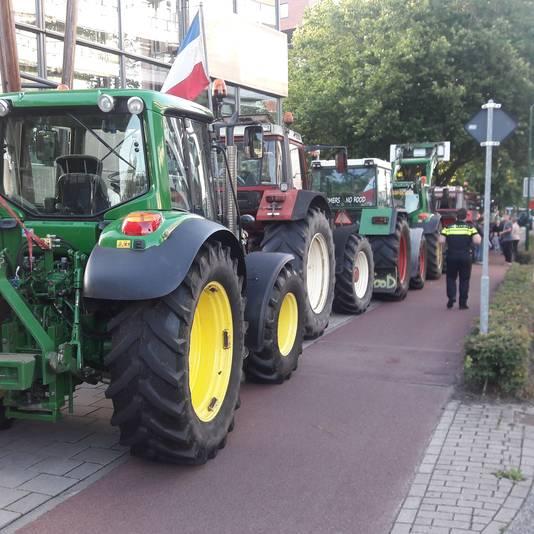 Boze boeren parkeerden hun trekkers voor het politiebureau in Veenendaal.