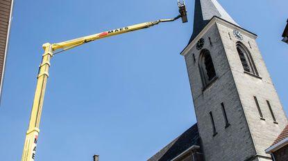 Kruis en windhaan prijken weer op kerktoren