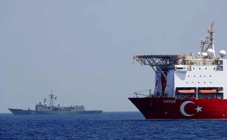 Het boorschip met het escorterende Turkse marineschip. Beeld Reuters