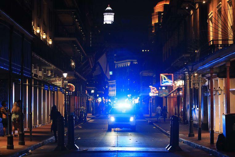 Een uitgestorven Bourbon Street, normaal gesproken een toeristische trekpleister, in het centrum van New Orleans. Beeld AFP