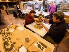 Elke week archeologisch puzzelen op vrijwilligersavond van AVKP in Eindhoven