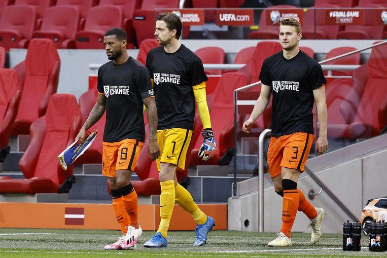 Spelers van het Nederlands elftal droegen in mei shirts met de tekst 'Football Supports Change' tijdens de wedstrijd tegen Letland, als statement inzake de mensenrechten in Qatar.  Beeld ANP