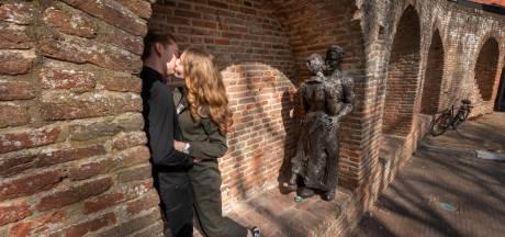 Bronzen beeld De Kus moet een icoon van Harderwijk worden, met verliefde stelletjes die hier een foto van zichzelf komen maken