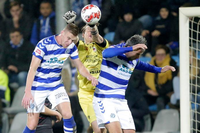 Toine van Huizen en Ralf Seuntjens maken het doelman Alessandro Damen van Excelsior lastig.