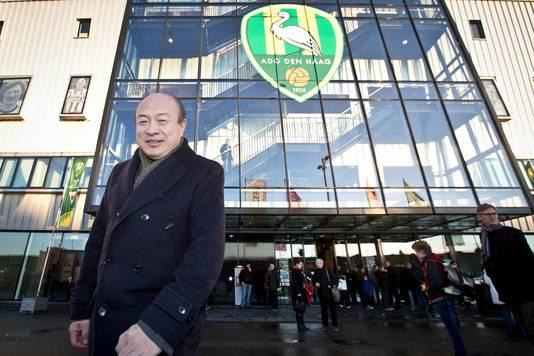Hui Wang voor het Kyocera Stadion van ADO Den Haag.