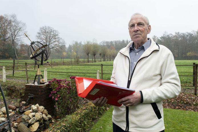 Ed Mossel heeft dikke ordners over alle zaken waar hij al decennia tegen strijdt. Nadat de vuilstort sloot komt er nu een mestfabriek nabij zijn woning.