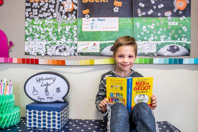 Helenaveen ED2021-10114 Een project van de bibliotheek, Scoor 'n boek. Om lezen bij kinderen te stimuleren. *Teun Douw van der Krap*