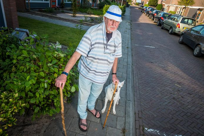 Design is het niet, maar Ben Harsta (met hond Noa) moet het voorlopig doen met zijn natuurstok en net gekregen bergstok. Zijn Kokke-stok verloor de Hattemer bijna een jaar geleden. Maar hij blijft zoeken tot hij er weer eentje heeft.