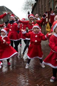 Doesburgse straten kleuren rood-wit door rennende 'santa's'