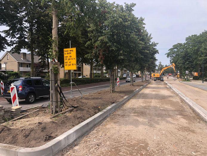 De Land van Ravensteinstraat ter hoogte van het politiebureau. Donderdag en vrijdag is de weg afgesloten voor het leggen van het laatste asfalt.