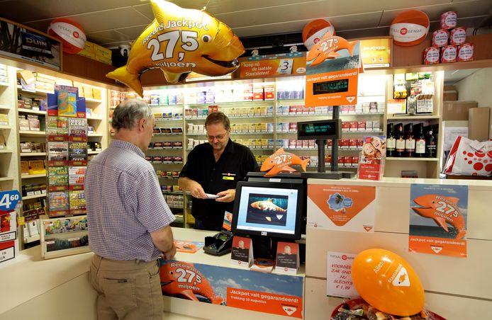 Een klant doet inkopen bij  een tabakszaak in Haarlem