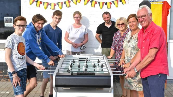 Afscheidnemende schoolraad schenkt voetbaltafel aan leerlingen Onze Jeugd