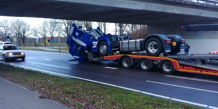 Een vrachtwagen met lading paste net niet onder het viaduct op de N340 door.