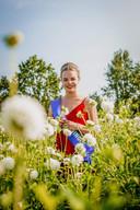 Fotoshoot van de nieuwe Dahliakoningin Jeanine in de bloemenvelden rond Vollenhove.