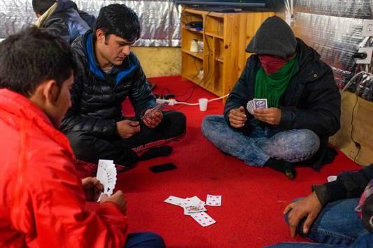 Kaartspelers in het Afghaanse restaurant.