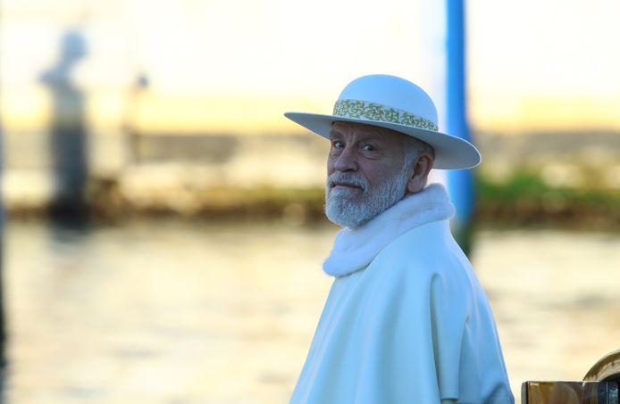 John Malkovich tijdens de opnamen van de film The new Pope.