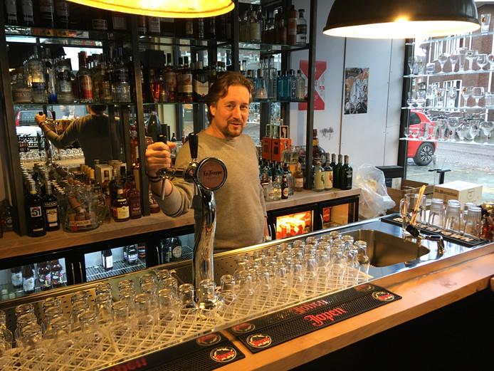 Koos Hartman in Het Bierhuis waar ook een barretje in de winkel staat.