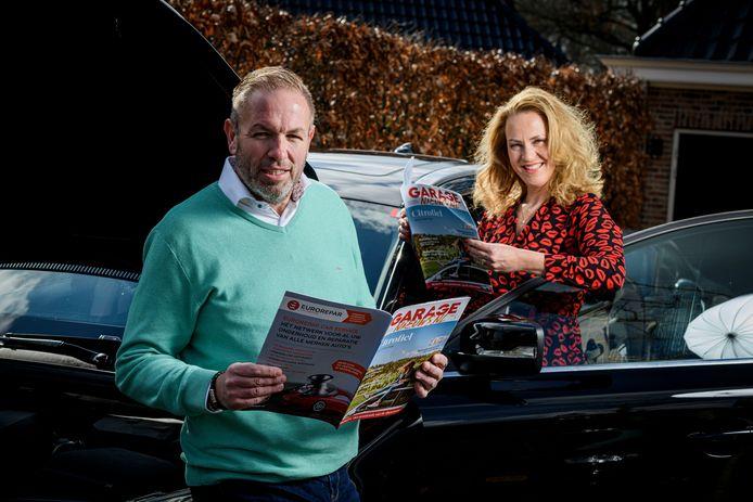 Robin en Christel Kooijman met het eerste exemplaar van glossy magazine voor garagehouders: Garagenieuws.nl