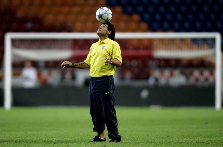 Diego Maradona, de balkunstenaar met twee horloges, houdt zondag in de  Amsterdam Arena nog even een balletje hoog na de wedstrijd Ajax-Boca  Juniors, in 2005. <br /> Beeld null