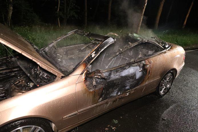 Een Mercedes cabrio is in de nacht van zondag op maandag verwoest door een felle brand op de Amsterdamseweg in Arnhem.