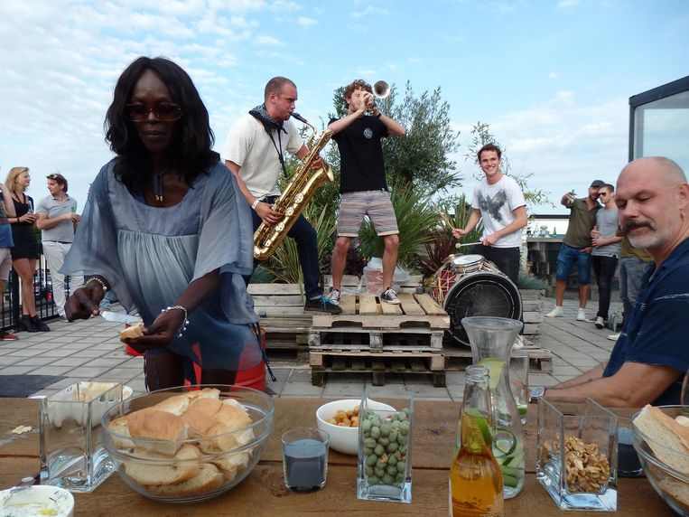 Lucinda Bergwijn, schoonzus van Prast, smeert. De Brass Rave Unit swingt Beeld Schuim