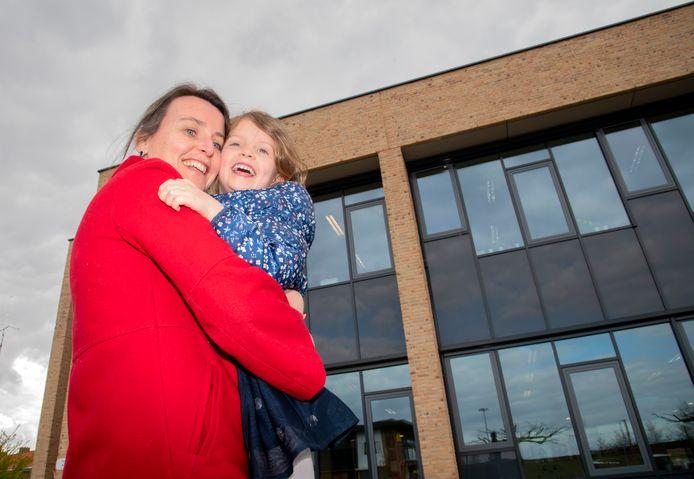 Buitenschoolse opvang gaat weer open. Moeder Eveline Jansen en dochter Fréderique Bladergroen weer blij!