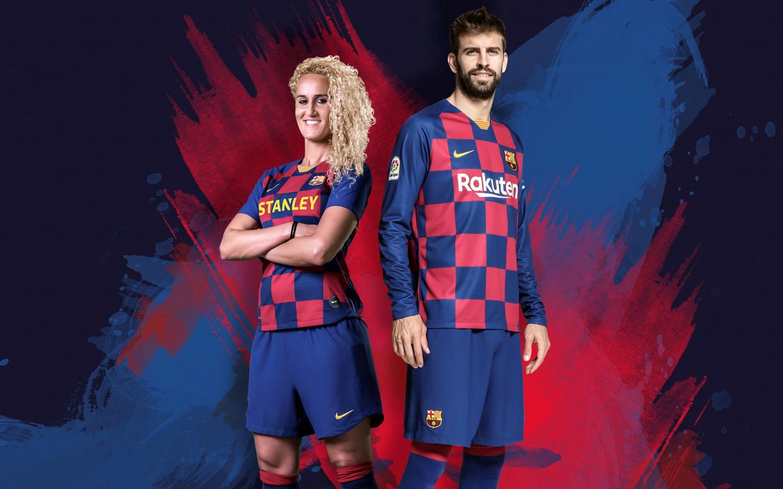 Spelers Kheira Hamraoui en Gerard Piqué tonen het nieuwe tricot van FC Barcelona. Beeld EPA