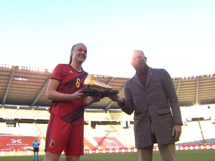 Tine De Caigny krijgt Gouden Schoen uit handen van Roberto Martínez