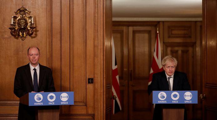 Chris Whitty, een topadviseur voor gezondheidszaken van de Britse regering, en de Britse premier Boris Johnson houden vandaag een persconferentie.
