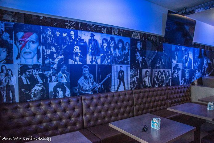 Tegen de muur bij café The Roxy kregen tientallen muziekhelden hun plekje