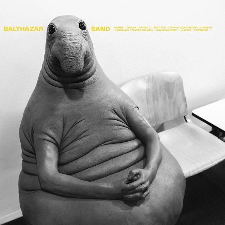 De coverart voor het nieuwe album 'Sand'. 'Volgens de Nederlandse kunstenares Margriet van Breevoort belichaamt het beeld hoe ongemakkelijk het voelt als je ergens gedwongen moet wachten.'  Beeld rv