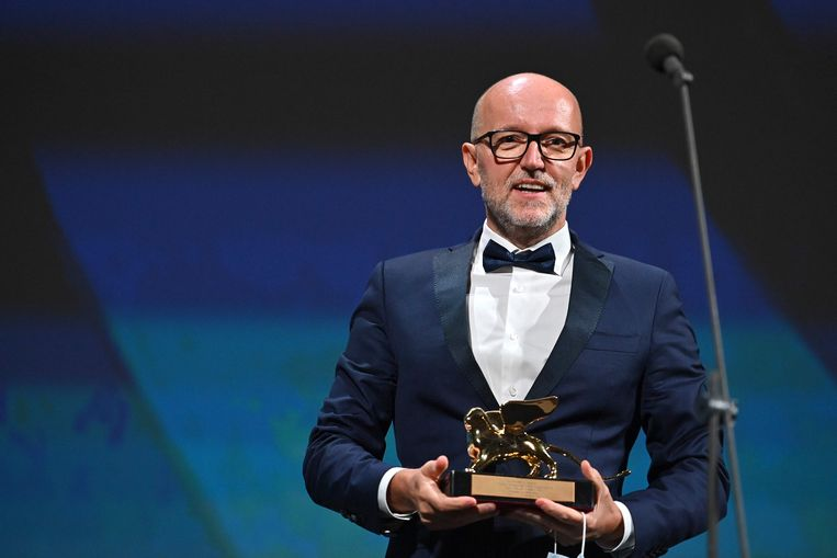 Davide Romani, marketingdirecteur van Disney in Italië, neemt de Gouden Leeuw namens Chloe Zhao in ontvangst. Beeld AFP