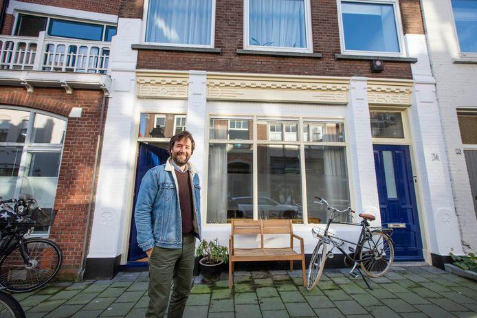 Sebastiaan Buijs voor de ingang van zijn woning.