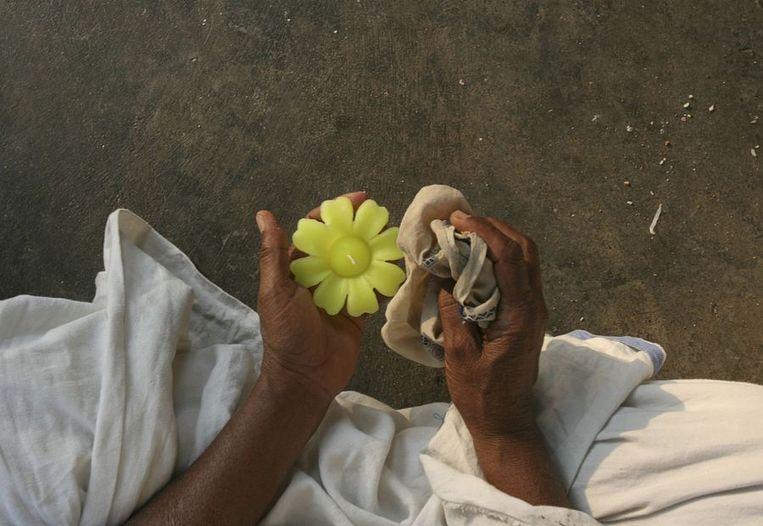 Dat wordt, zoals gezegd gevierd door middel van licht. Overal in India worden dit soort kaarsen en olielampjes het water op gelaten. Beeld null