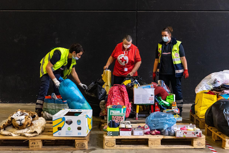 In Seraing richt het Rode Kruis een sorteercentrum in. Beeld Wouter Maeckelberghe