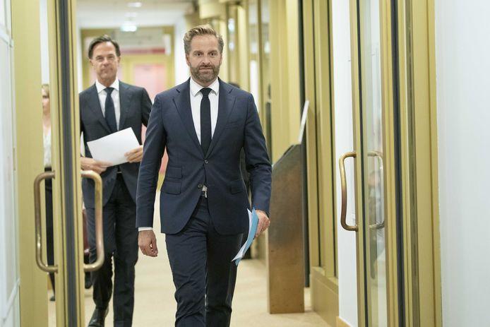 Demissionair premier Mark Rutte (VVD) en demissionair minister Hugo de Jonge van Volksgezondheid, Welzijn en Sport (CDA) voorafgaand aan de persconferentie over versoepeling van de coronamaatregelen.