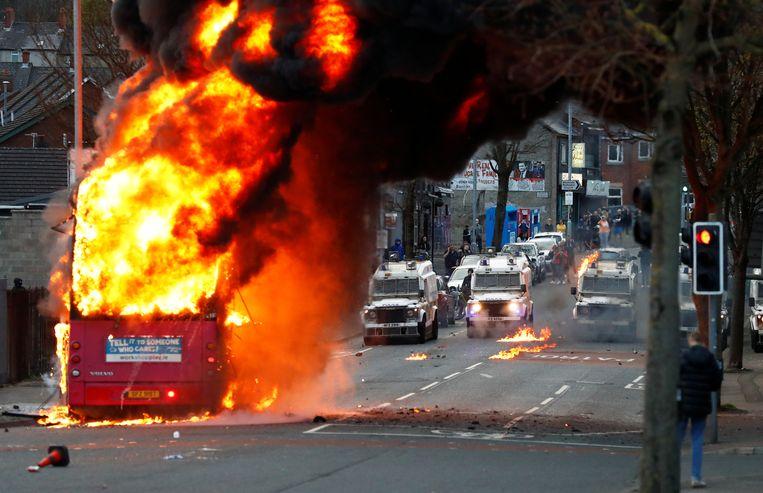 Een gekaapte bus werd in brand gestoken op Shankill Road in Belfast.  Beeld REUTERS