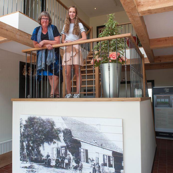Wilma en haar dochter Lydia van Damme. Wilma sloot haar boerderij en opende een B&B met groepsaccommodatie.