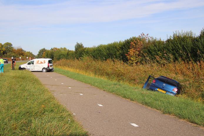 De ene auto kwam in de sloot terecht, de andere op het fietspad.